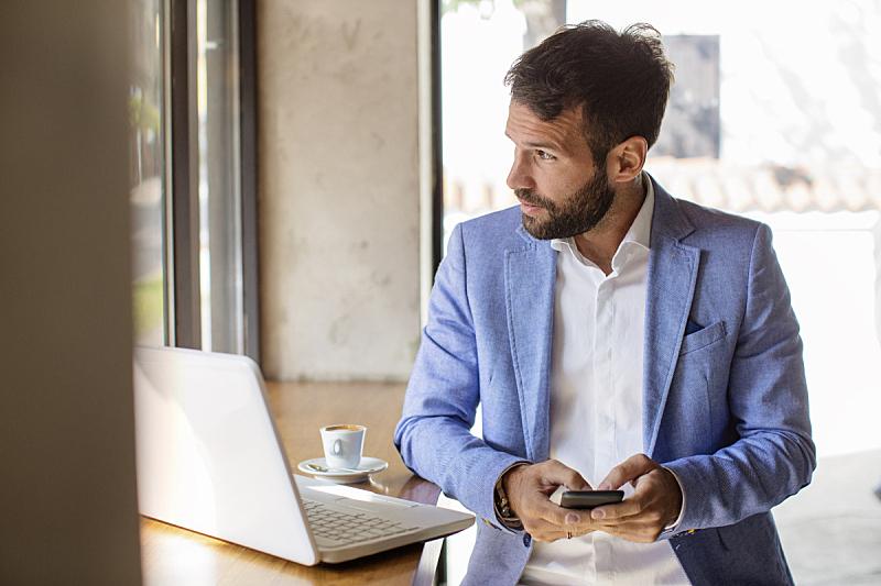 男商人,透过窗户往外看,咖啡馆,商业金融和工业,咖啡,20到29岁,手机,窗户,咖啡杯,智能手机