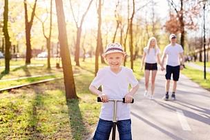 儿童,手推脚踏车,男孩,派克大街,公园,休闲活动,水平画幅,进行中,男婴,夏天
