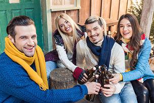 注视镜头,友谊,啤酒瓶,高视角,四个人,正面视角,水平画幅,门廊,浴室,含酒精饮料