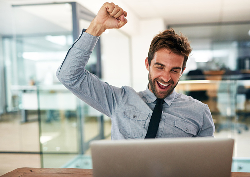 是,好消息,欣喜若狂,克服困难,欢乐,快乐,信心,男商人,使用电脑,商务人士