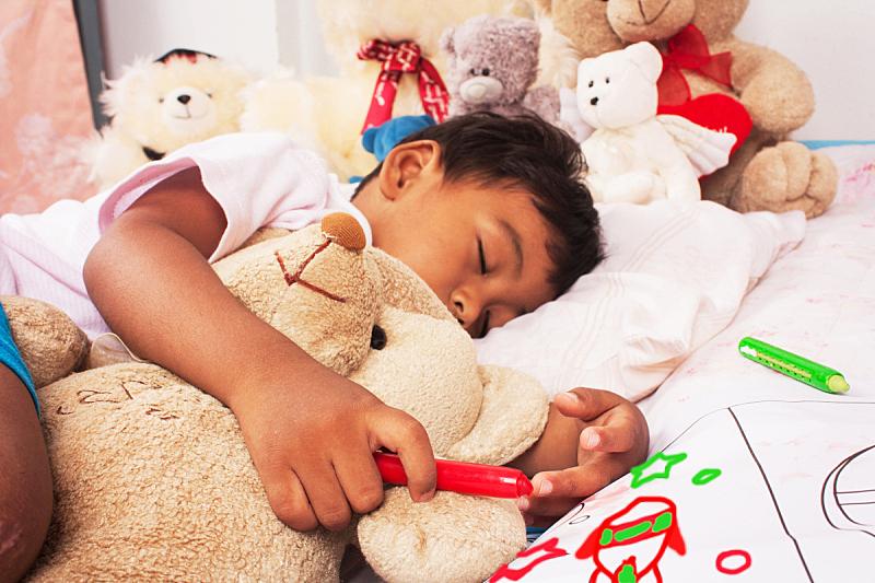 小的,亚洲,男孩,泰迪熊,床垫,小睡,床,水平画幅,可爱的,快乐