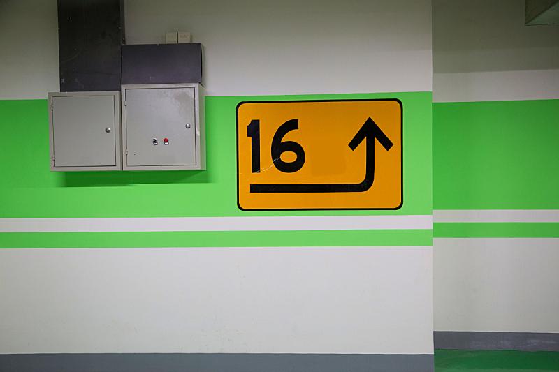 建筑工地,停车楼,新的,灰色,水平画幅,无人,蓝色,路,交通,箭头符号
