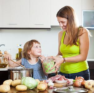 女人,婴儿,水平画幅,父母,单身母亲,生食,家庭生活,锅,肉,母亲