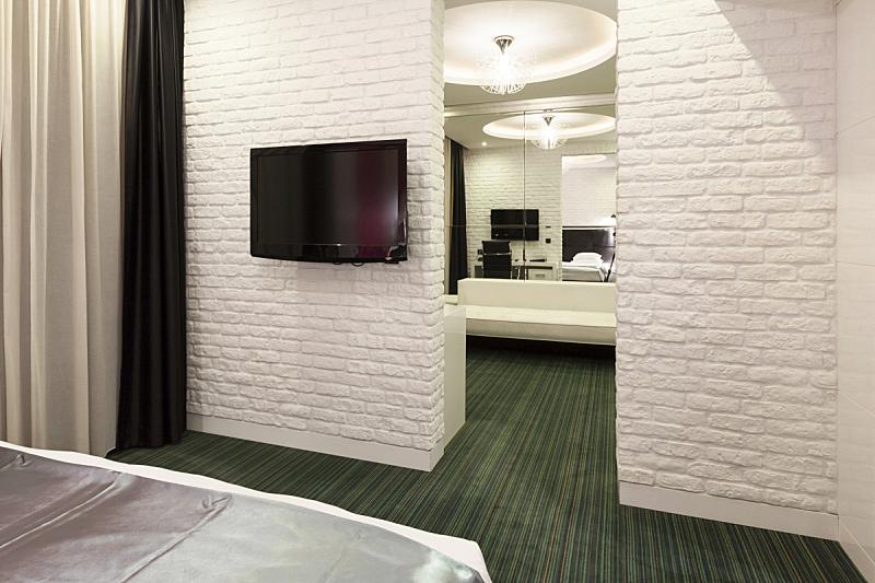 宾馆套房,卧室,起居室,摄像机拍摄角度,宾馆客房,床,水平画幅,绿色,无人,砖墙