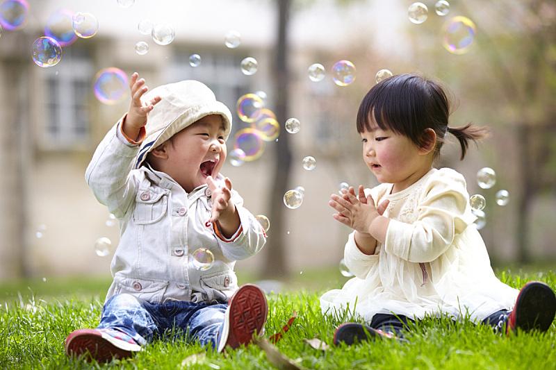 儿童,户外,幸福,非凡的,兄弟姐妹,亚洲人种,草,人,休闲装,相伴