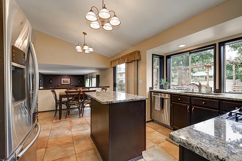 住宅房间,厨房,独立灶台,简单,冰箱,新的,水平画幅,无人,巨大的,天花板
