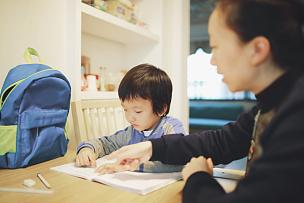 母亲,儿子,家庭作业,小学生,学龄前,黑发,男性,知识,书桌,中年人