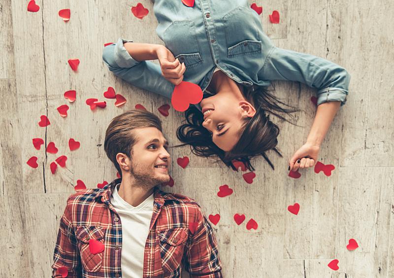 青年伴侣,幸福,男朋友,情人节,异性恋,浪漫,周年纪念,礼物,心型,伴侣
