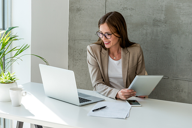 现代,女商人,计算机,笔记本电脑,使用手提电脑,仅一个女人,忙碌,公司企业,看
