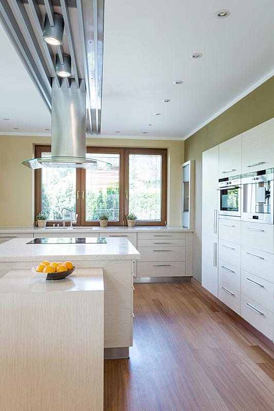 明亮,厨房,宽的,独立灶台,卤素灯,档案柜,果盘,抽屉柜,开放式设计,柜子