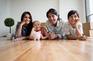 储蓄,家庭,小猪扑满,拉美人和西班牙裔人,拆包,少量人群,半身像,水平画幅,注视镜头,父母