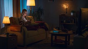 夜晚,沙发,女人,舒服,起居室,自然美,青年女人,笔记本电脑,水平画幅,电话机