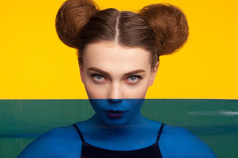注视镜头,发髻,女孩,眉毛,黄色背景,彩色背景,美,留白,水平画幅,高视角