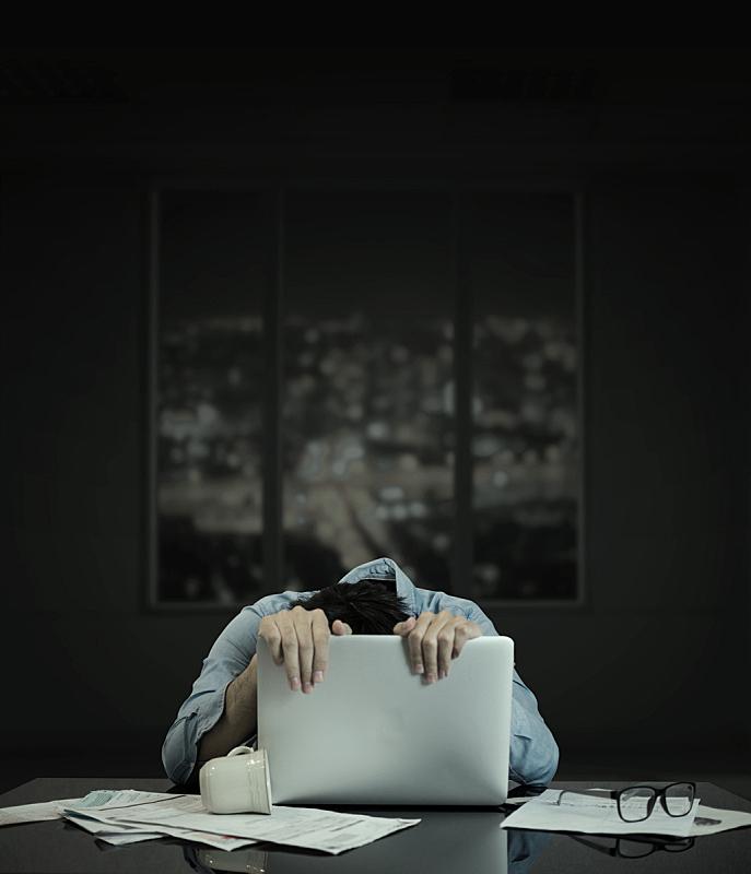 笔记本电脑,使用电脑,窗户,平衡折角灯,建筑业,垂直画幅,办公室,夜晚,忙碌,情绪压力
