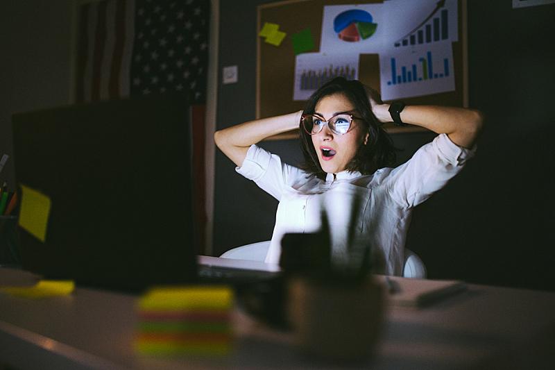 压力,五月,两手放头后面,工作母亲,面部扭曲,过度劳累,加班,工作,生长,皱眉头