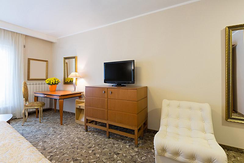 室内,宾馆客房,水平画幅,无人,家庭生活,地毯,灯,家具,现代,窗帘