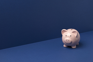 小猪扑满,留白,在上面,小的,蓝色背景,储蓄,水平画幅,银行,无人,蓝色