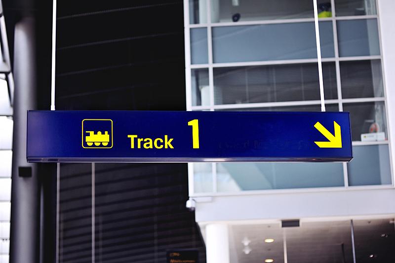 方向标,机场,火车,通勤者,水平画幅,铁轨轨道,人,旅行者,城市,方向