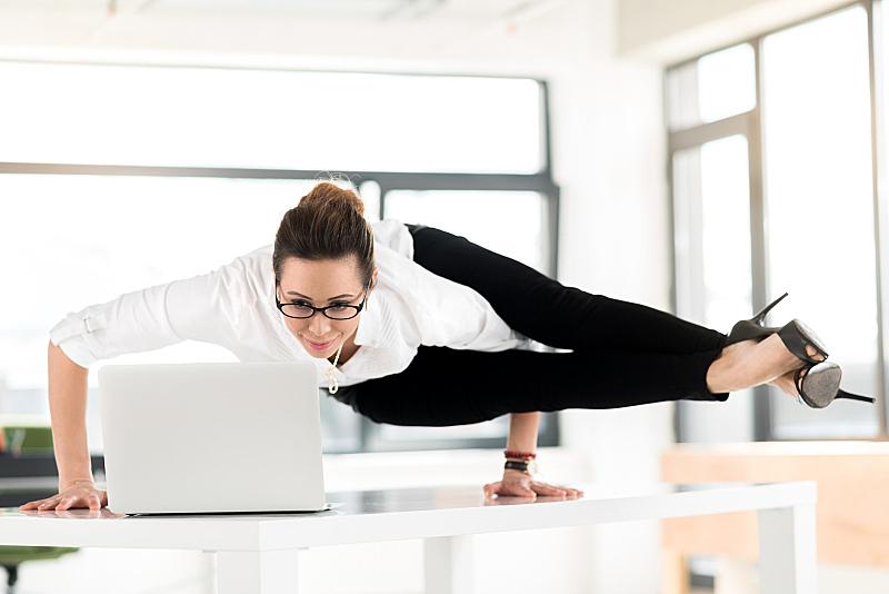 女人,使用手提电脑,弹性,体操,平衡,奇异的,姿态,两腿分开,松弛练习,办公室