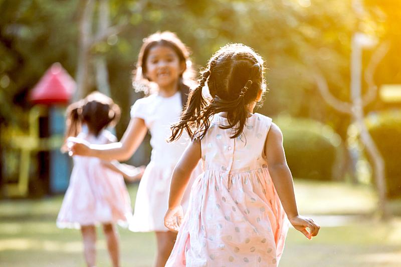 儿童,女孩,进行中,友谊,背面视角,亚洲,游乐场,学龄前儿童,学龄前,少量人群