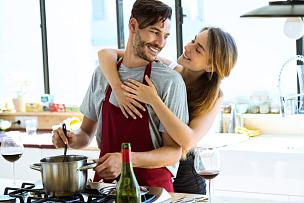 家庭生活,快乐,青年伴侣,厨房,葡萄酒,水平画幅,膳食,伴侣,白人,锅