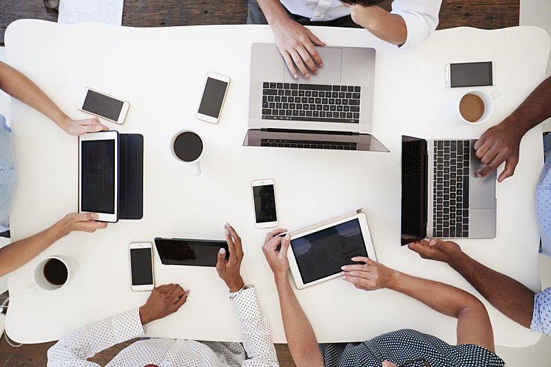 使用电脑,推铅球,人群,在上面,电话机,五个人,航拍视角,商务会议,手臂,平板电脑