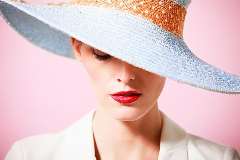 青年女人,帽子,衣服,自然美,高级定制服装,红色的口红,社交名媛,粉色背景,百万富翁,留白