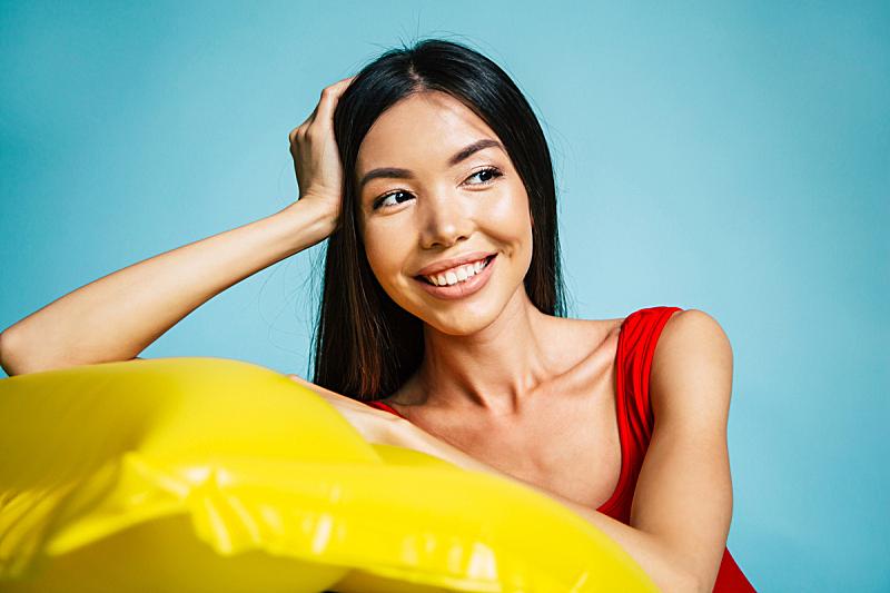 泳装,女人,夏天,注视镜头,幸福,彩色背景,华贵,肖像,一个人,从容态度