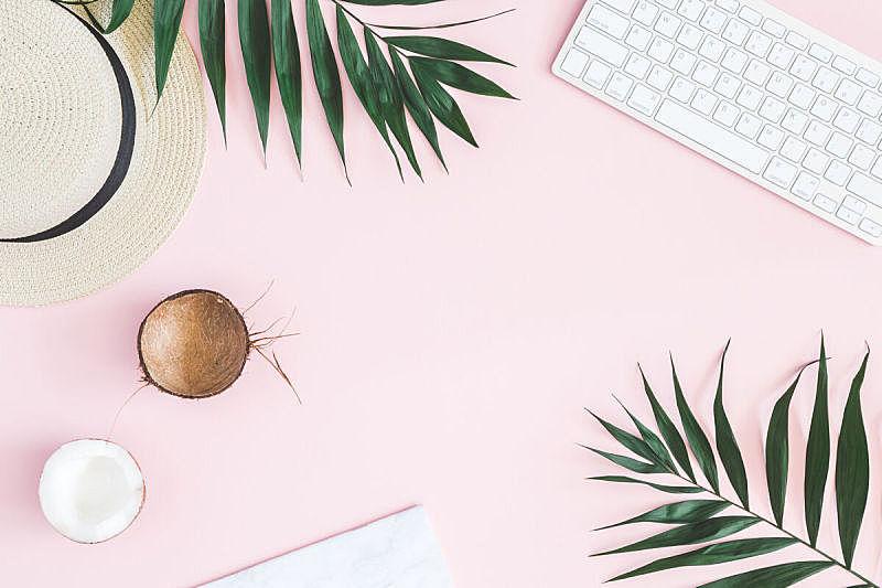 夏天,女性特质,棕榈叶,办公室,椰子,笔记本,鸡尾酒,草帽,明亮,粉色背景