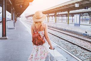 火车,地铁月台,旅行者,夏天,仅成年人,现代,火车站站台,后背,女人,仅一个女人