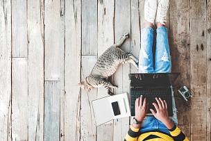 生活方式,女孩,潮人,女人,网上购物,宠物,猫,仅一个女人,在线聊天,计算机键盘