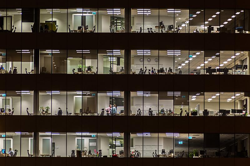 窗户,办公大楼,工具台,塔,建筑外部,夜晚,黄昏,办公室,办公椅,建造
