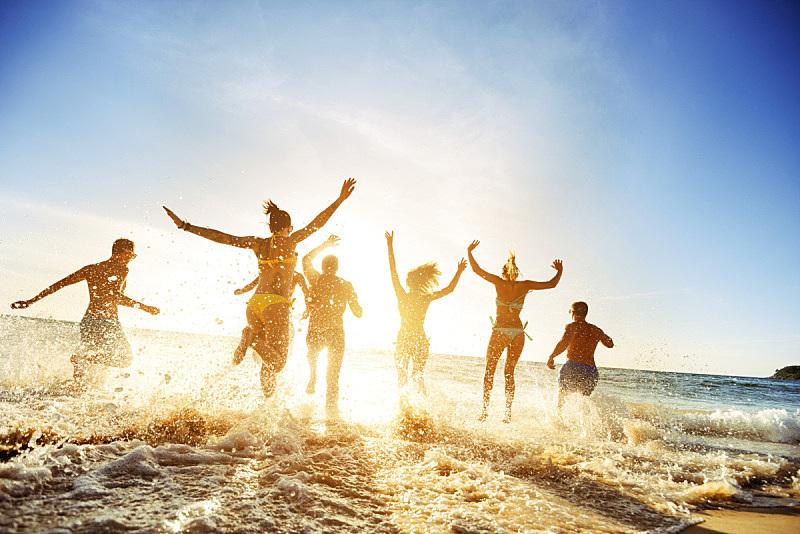 旅游目的地,友谊,落日海滩,人,群众,青少年,休闲活动,沙滩派对,旅行者,夏天