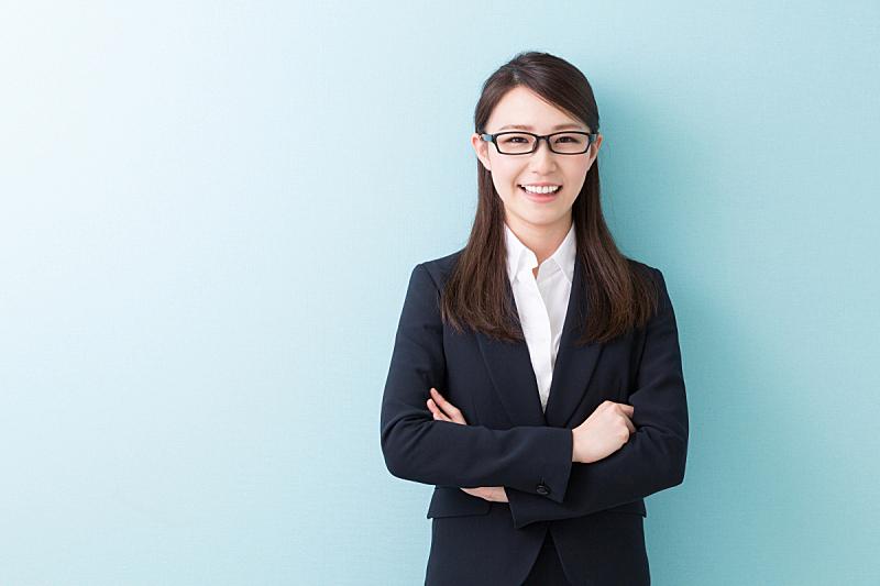 日本人,女商人,办公室,留白,水平画幅,套装,眼镜,白领,彩色背景,商业金融和工业