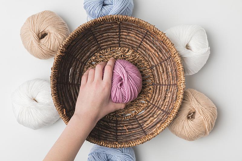球,篮子,部分,女人,手,羊毛,白色背景,粉色,拿着,透过窗户往外看
