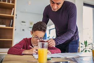 家庭作业,父子,中老年男人,家庭,小学,儿童,住宅内部,童年,兄弟姐妹,眼镜