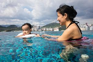 中国人,女儿,母亲,进行中,游泳池,亚洲,酒店游泳池,泳池边,运动,家庭