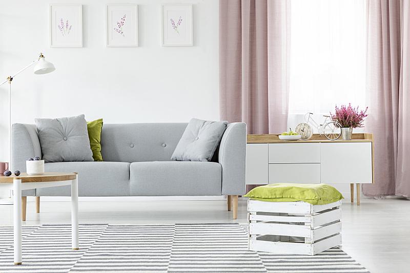 木制,地毯,橄榄,明亮,灰色,沙发,盒子,起居室,条纹,枕头