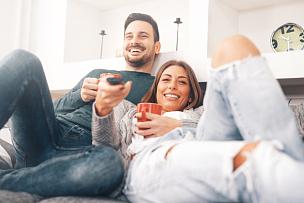 幸福,住宅内部,青年伴侣,表,电视机,沙发,电影,偏远的,伴侣,起居室