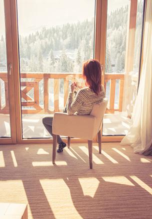 女人,椅子,咖啡,舒服,住宅内部,垂直画幅,休闲活动,透过窗户往外看,雪,早晨