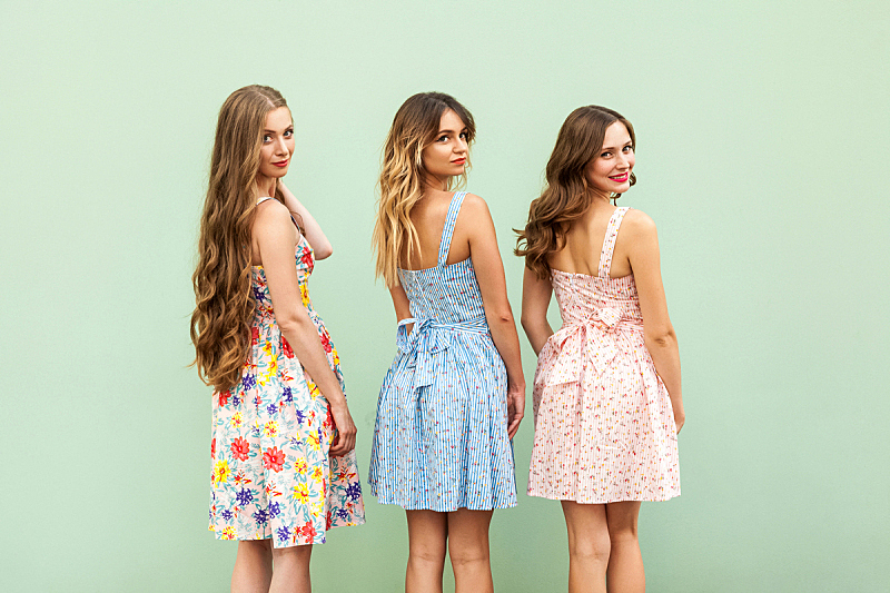 儿童,可爱的,友谊,连衣裙,女性,扭头看,三个人,青少年,留白,少量人群