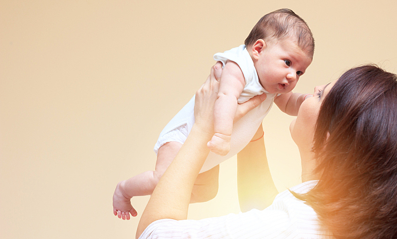 婴儿,母亲,注视镜头,幸福,水平画幅,单身母亲,手,女儿,特写