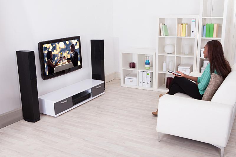 女人,起居室,看电视,肥皂剧,电视秀,水平画幅,架子,仅成年人,沙发,青年人