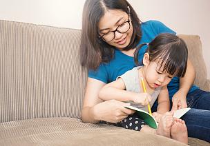 女儿,母亲,公亩,母女,幼儿,家庭作业,智慧,单亲家庭,亚洲人,学校用品