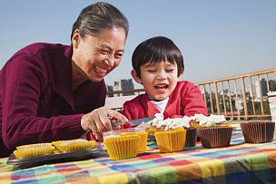 纸杯蛋糕,孙子,祖母,野餐桌,奶油,生日,男性,布置,享乐,庆祝