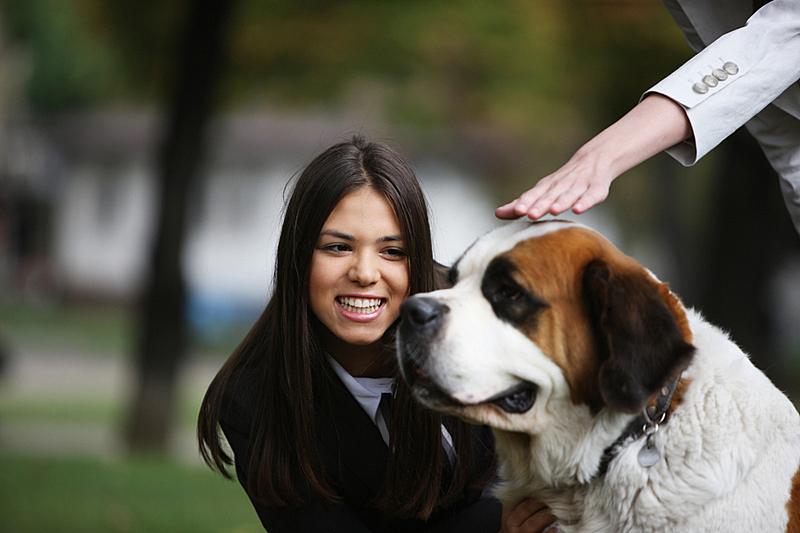 女人,狗,留白,水平画幅,动物,人,成年的,摄影,微笑