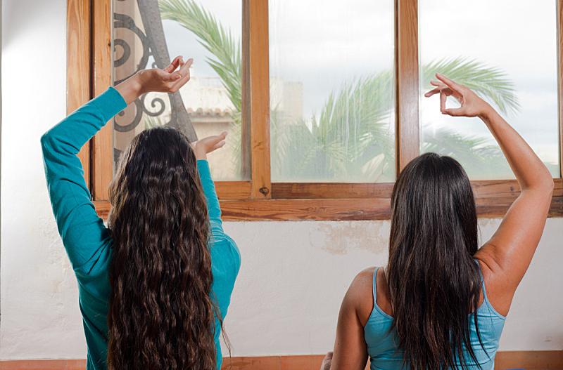 住宅内部,瑜伽,灵性,拉美人和西班牙裔人,水平画幅,独生子女家庭,仅成年人,彩色图片,母亲,相伴