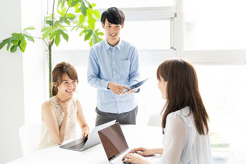 青年人,办公室,注视镜头,人群,日本人,成年的,仅成年人,白领,商务人士,男商人