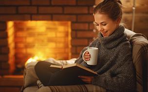 夜晚,冬天,书,壁炉,青年女人,休闲活动,饮料,仅成年人,十二月,热