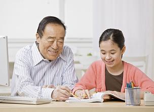 祖父,学生,家庭作业,青少年,多代家庭,水平画幅,家庭生活,10岁到11岁,青春期前儿童,未成年学生